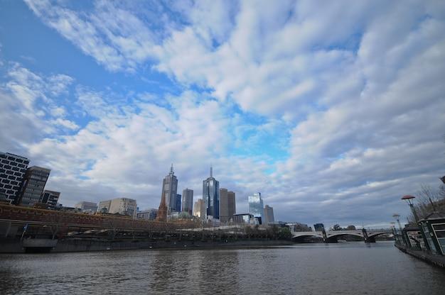 Schöner tag von melbourne-skylinen in australien Premium Fotos