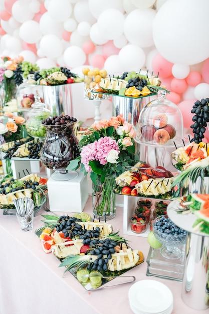 Schöner tisch mit süßigkeiten und früchten für die gäste Kostenlose Fotos