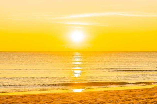 Schöner tropischer naturstrandmeeresozean bei sonnenuntergang oder sonnenaufgang Kostenlose Fotos