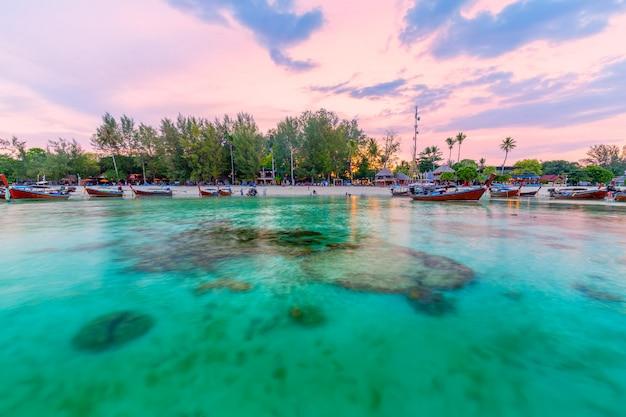 Schöner tropischer strand am sonnenaufgangstrand, koh lipe-insel, satun, thailand Premium Fotos