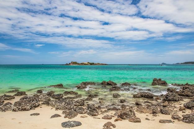 Schöner tropischer strand in sameasarn-insel, chonburi-provinz, thailand. Premium Fotos
