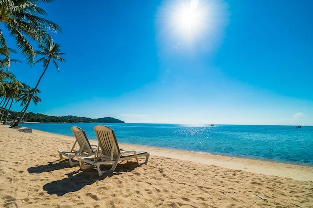 Schöner tropischer strand und meer mit stuhl auf blauem himmel Kostenlose Fotos