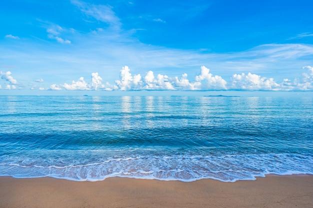 Schöner tropischer strandseeozean mit blauem himmel und copyspace der weißen wolke Kostenlose Fotos