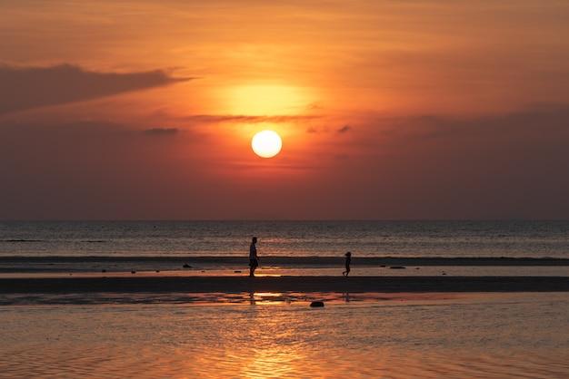 Schöner tropischer strandsonnenuntergang mit hintergrund der goldenen lichter, koh samui thailand Premium Fotos
