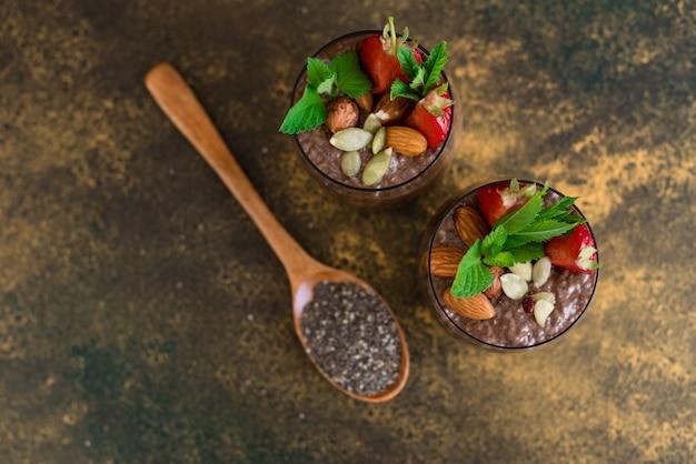 Schöner und leckerer nachtisch mit kakao Premium Fotos