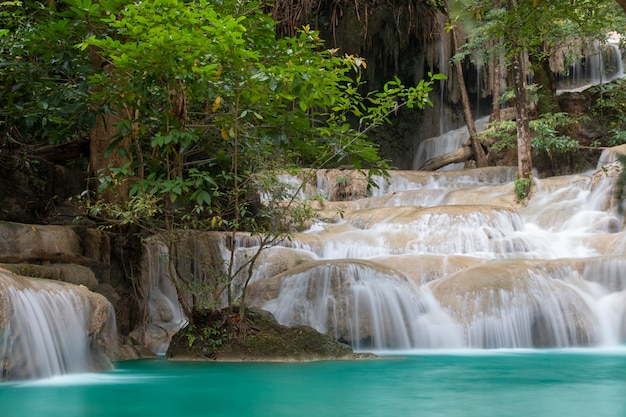 Schöner wasserfall - erawan wasserfall am erawan nationalpark in kanchanaburi, thailand. Premium Fotos
