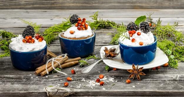 Schöner weihnachtscupcake mit sahne Kostenlose Fotos
