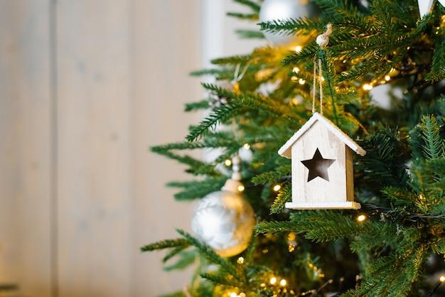 Schöner weihnachtshintergrund von defokussierten lichtern mit geschmücktem baum a Premium Fotos