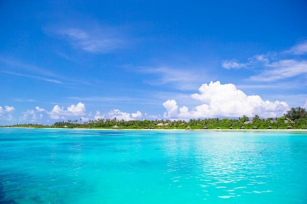 Schöner weißer sandstrand und türkisfarbenes sauberes wasser Premium Fotos