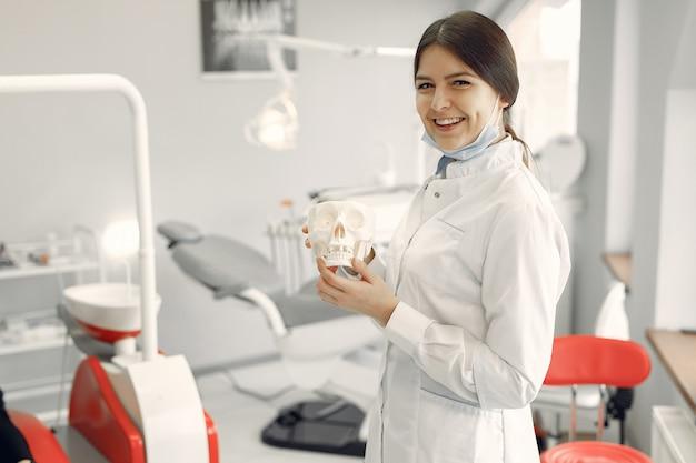 Schöner zahnarzt, der an einer zahnmedizinischen klinik arbeitet Kostenlose Fotos