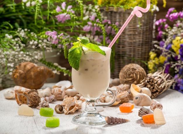 Schönes alkoholisches cocktail, auf einem holztisch Premium Fotos