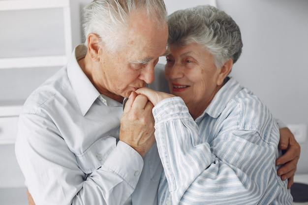 Schönes altes ehepaar verbrachte zeit zusammen zu hause Kostenlose Fotos