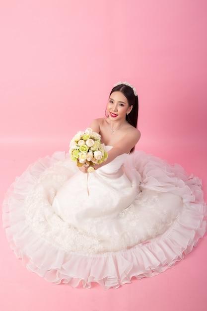 Schönes asiatisches brautporträt im rosa studio Kostenlose Fotos