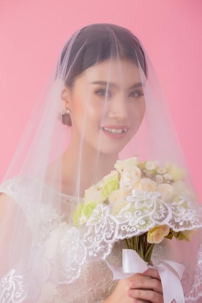 Schönes asiatisches brautporträt im rosa Kostenlose Fotos