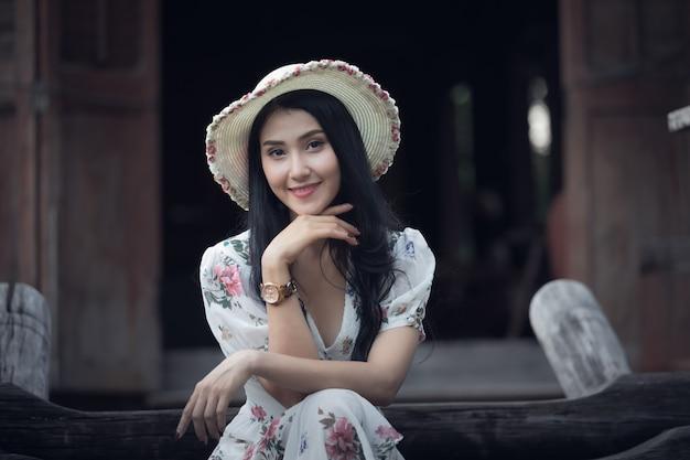 Schönes asiatisches frauenmädchen-porträtprofil und lächeln in der retro- weinlesebildart des gartens Premium Fotos