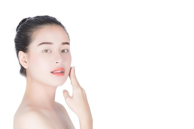 Schönes asiatisches mädchen auf dem gesicht von ihr. Premium Fotos