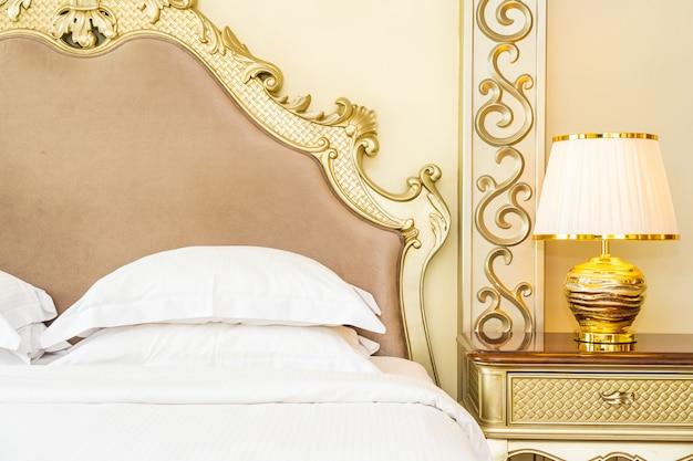 Schönes bequemes weißes luxuskissen auf bettdekoration im schlafzimmer Kostenlose Fotos