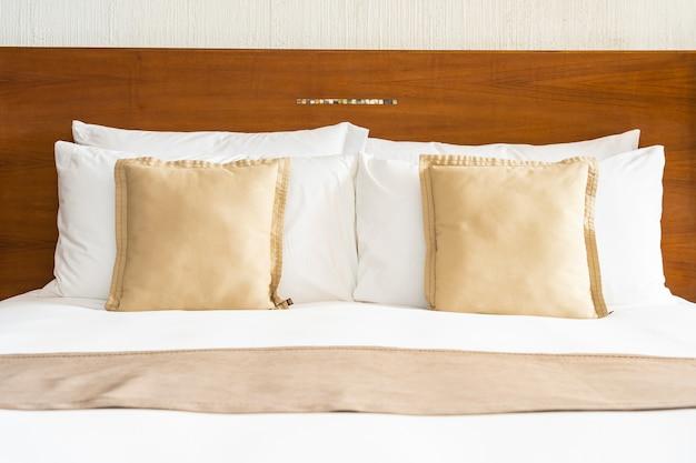 Schönes bequemes weißes luxuskissen und decke auf bettdekoration im schlafzimmer Kostenlose Fotos