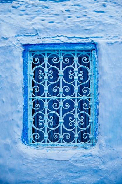 Schönes blaues windows der alten stadt medina Premium Fotos