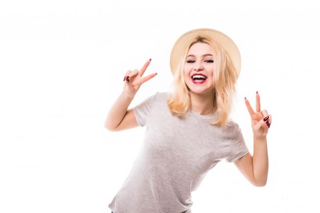 Schönes blondes mädchen im hut zeigen frieden auf beiden händen Kostenlose Fotos