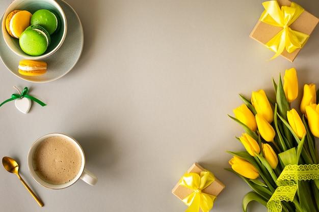 Schönes blumenarrangement. gelbe blumen tulpen, leerer rahmen für text auf weißem hintergrund. hochzeit. geburtstag valentinstag. muttertag. flache lage, draufsicht, kopierraum Premium Fotos