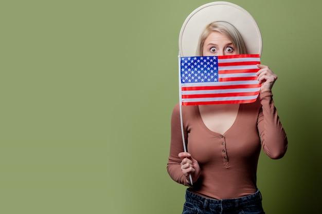 Schönes cowgirl in einem hut mit flagge der vereinigten staaten von amerika Premium Fotos