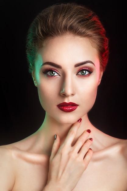 Schönes elegantes junges modell mit den roten lippen und farbabendmake-up. Premium Fotos