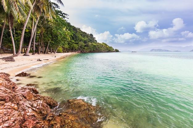 Schönes felsiges auf küste im tropischen strand von koh wai, trat-provinz, thailand. Premium Fotos