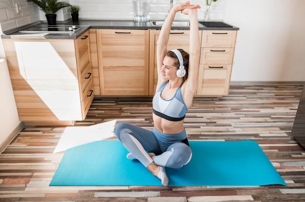 Schönes frauentraining auf yogamatte Kostenlose Fotos