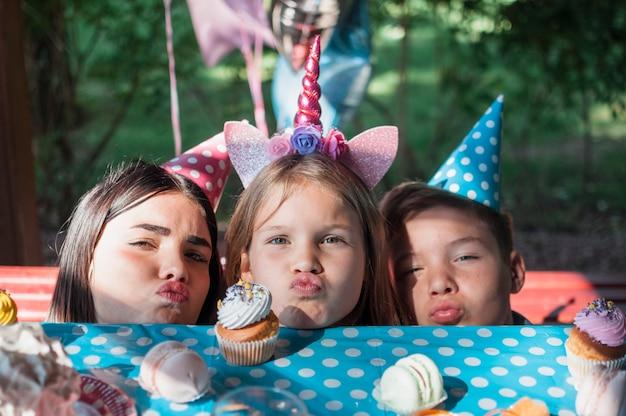 Schönes geburtstagskonzept mit glücklicher familie Kostenlose Fotos