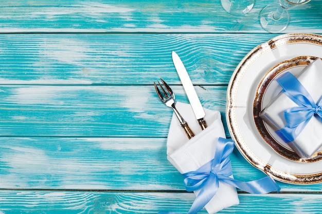 Schönes gedeck auf blauem hölzernem hintergrund Premium Fotos