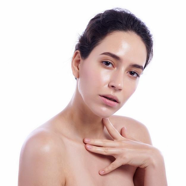 Schönes gesicht der jungen erwachsenen frau mit der sauberen frischen haut - getrennt auf weiß Premium Fotos