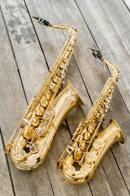 Schönes goldenes saxophon auf bretterboden Premium Fotos