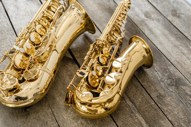 Schönes goldenes saxophon auf hölzernem Premium Fotos