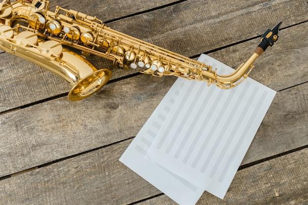 Schönes goldenes saxophon auf holz Premium Fotos