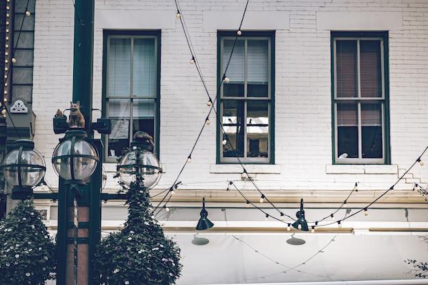 Schönes historisches gebäude mit alten großen fenstern, lichter im freien in einem historischen ort von denver-stadt. Premium Fotos