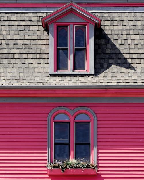 Schönes hölzernes rosa und graues haus Kostenlose Fotos