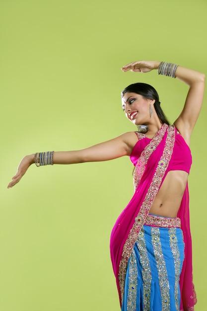 Schönes indisches junges brunettefrauentanzen Premium Fotos