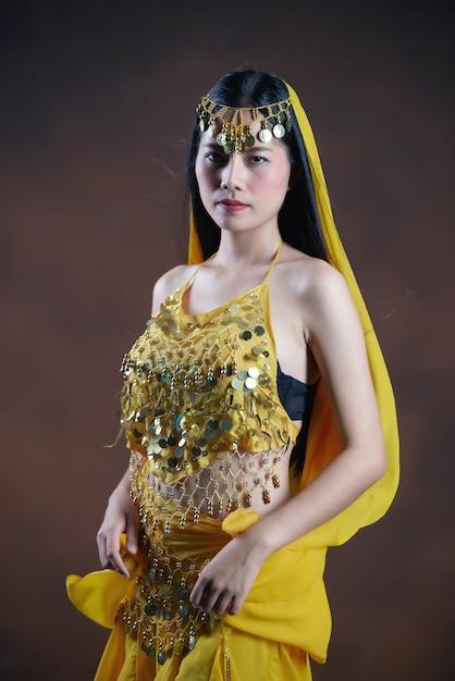 Schönes indisches junges hindisches frauenmodell traditioneller indischer kostümgelbsaree. Kostenlose Fotos