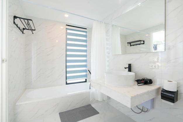 Schönes interieur mit bad mit badewanne Premium Fotos