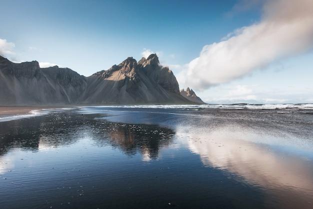 Schönes jokularlon ake mit hintergrund des berges und des blauen himmels, island-jahreszeitlandschaftshintergrund Premium Fotos