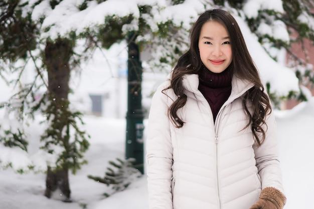 Schönes junges asiatisches frauenlächeln und glücklich mit reisereise in otaru-kanal hokkaido japan Kostenlose Fotos