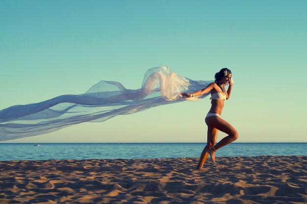 Schönes junges mädchen mit einem weißen bikini Premium Fotos