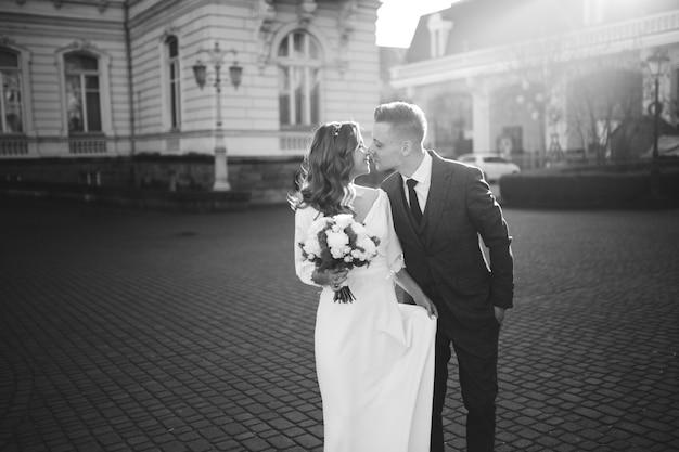 Schönes junges modisches stilvolles paar, das auf der straße in der stadt geht Kostenlose Fotos