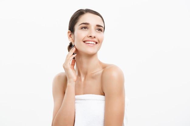 Schönes kaukasisches tragendes tuch der jungen frau nach dusche. Premium Fotos