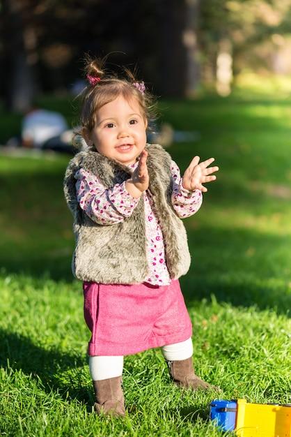 Schönes kindermädchen, das spaß draußen hat Premium Fotos