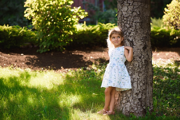 Schönes kleines junges mädchen, das in einem park im freien ist. Premium Fotos