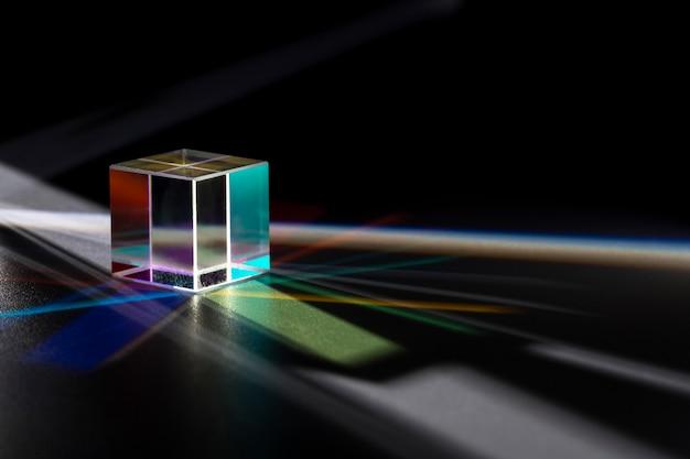 Schönes konzept mit prisma, das das licht zerstreut Kostenlose Fotos