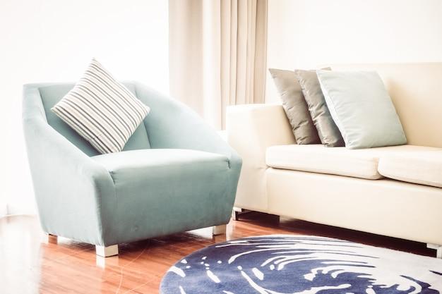 Schönes luxuskissen auf sofadekoration im wohnzimmerinnenraum - weinlese-licht-filter Kostenlose Fotos