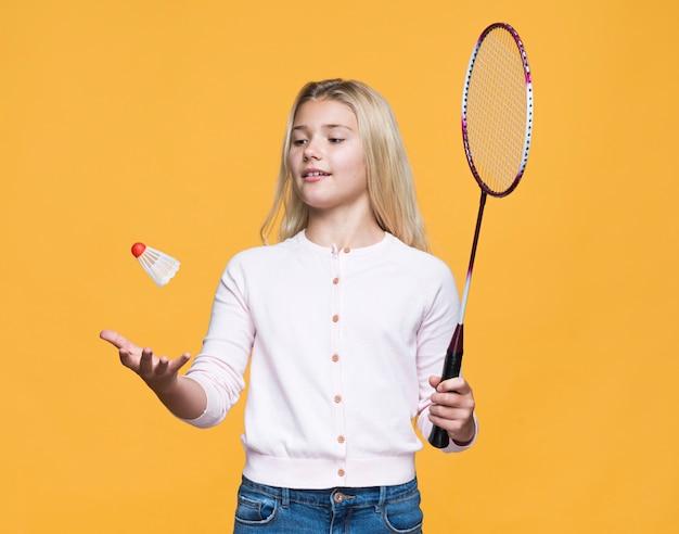 Schönes mädchen, das tennis spielt Kostenlose Fotos